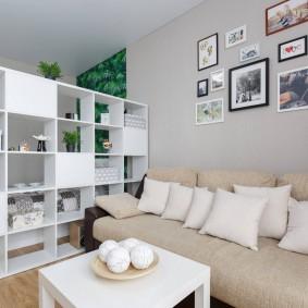 Белые подушки на диване в гостиной