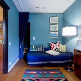 Синяя отделка стен в небольшой комнате