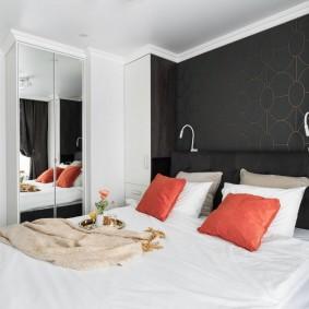 Красные подушки на кровати в спальне