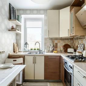Удобная кухня с мойкой под окном