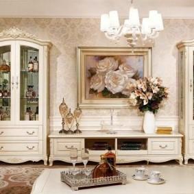 Классическая мебель для хранения посуды в гостиной