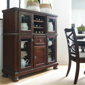 Деревянная мебель с посудой на полках