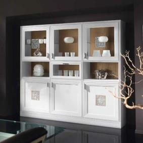 Лаконичный шкаф для дорогой посуды