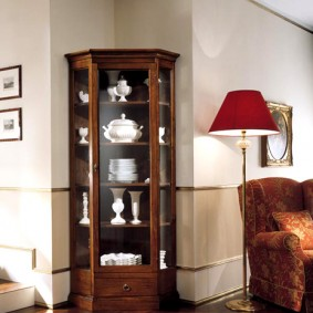 Угловая витрина для коллекционной посуды
