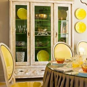 Желтая обивка стула в столовой комнате
