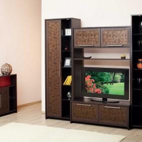 Мини-стенка с узкими шкафами в гостиную