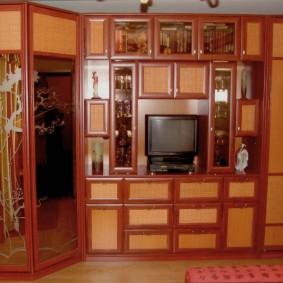 Зеркальный шкаф в стенке в гостиной