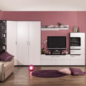 Белая мебель в гостиной с крашенными стенами