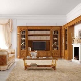 Роскошная мебель вдоль смежных стен в гостиной