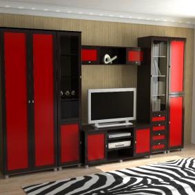 Красные дверцы на мебельном гарнитуре