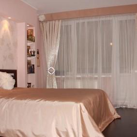 Красивые шторы в интерьере спальной комнаты