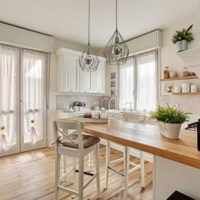 Угловая кухня с двумя окнами