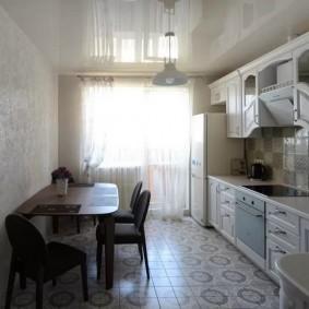 Длинный гарнитур вдоль стены на кухне