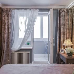 Открытая дверь в спальне с балконом