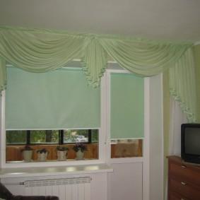 Зеленые шторы на окне с балконной дверью