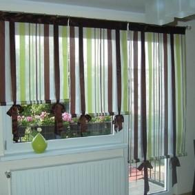 Полосатые шторы на балконной двери