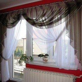 Декор балконного окна тюлевой занавеской