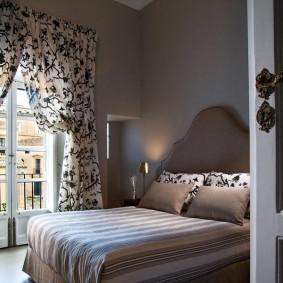 Оформление дверного проема в спальне с балконом