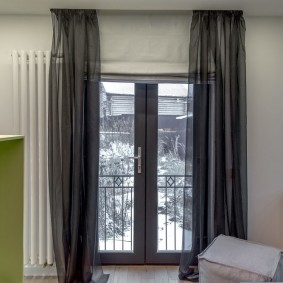 Серый тюль на балконной двери
