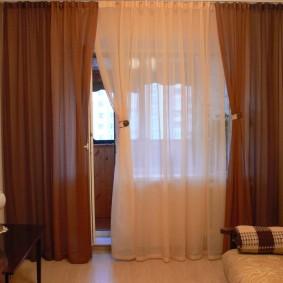 Декор балконной двери в узкой комнате