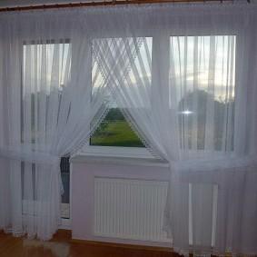 Симметричной оформление окна тюлевой гардиной