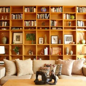 Стеллаж для книг в интерьере гостиной комнаты