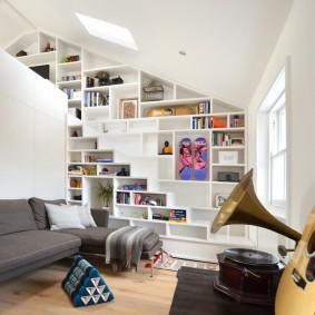 Белая комната в мансарде частного дома