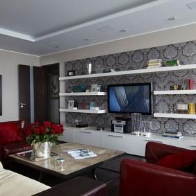 Белые полки над телевизором в гостиной
