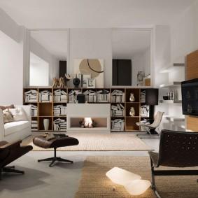 Интерьер современной гостиной с открытыми стеллажами
