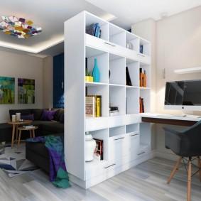 Дизайн гостиной с рабочим местом за стеллажом