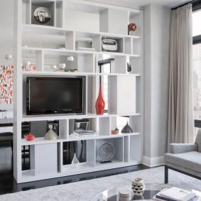 Стеллаж-перегородка в однокомнатной квартире