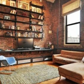 Угловой диван в гостиной комнате стиля лофт