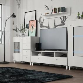 Светлый мебельный гарнитур на тонких ножках