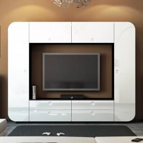 Белые фасады стенки в современной гостиной