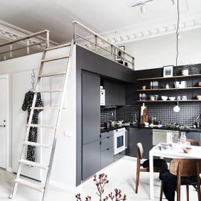 Гипсовая лепнина под потолком в квартире-студии