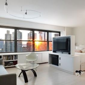 Панорамное окно в светлой квартире