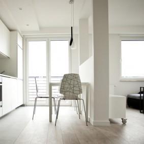 Белый гарнитур в квартире-студии с балконом
