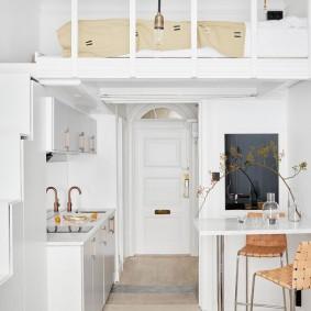 Кухонная зона под спальным местом в квартире