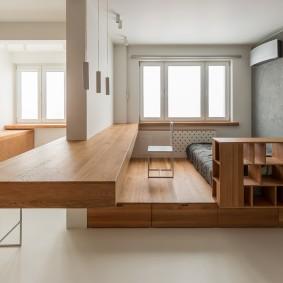 Деревянный подиум в однокомнатной квартире