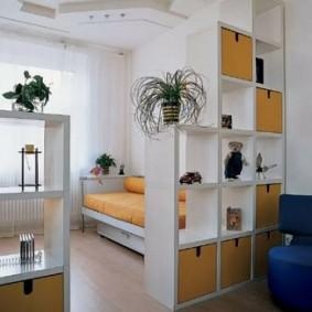 Белый стеллаж в интерьере квартиры