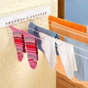 Постиранные носки на настенной сушилке