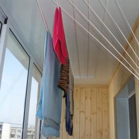 Сушка постиранной одежды на закрытой лоджии