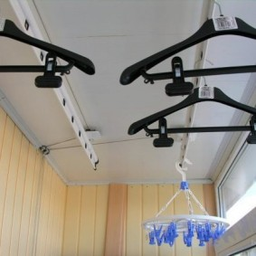Черные плечики на потолочной сушилке
