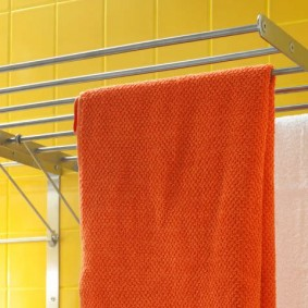 Орпнжевое полотенце на сушилке для белья