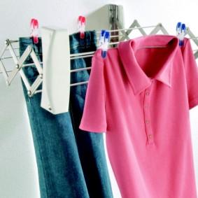 Постиранные рубашки на бельевой сушилке