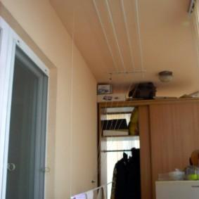 Старый шкаф на балконе трехкомнатной квартиры