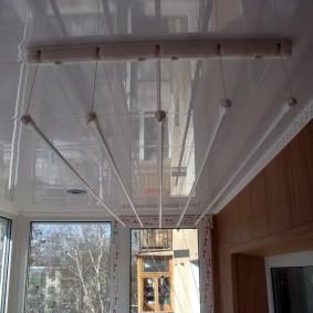 Глянцевые панели на потолке лоджии