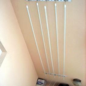 Бельевая сушилка на окрашенном потолке