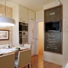 Грифельная доска с телевизором на кухне