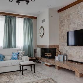 Белый диван в гостиной комнате с телевизором